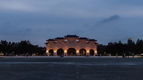 Tubo principal de Liberty Square de Chiang Kai-Shek Memorial Hall en la noche en Taipei, Taiwán almacen de metraje de vídeo