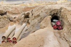 Tubo protettivo del collegare del cavo di elettricità sotterraneo fotografia stock libera da diritti