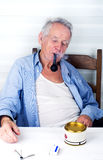 Tubo que fuma del viejo hombre Foto de archivo libre de regalías