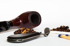 Tubo que fuma y tabaco Imagen de archivo libre de regalías