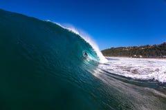 Tubo que practica surf que monta ondas huecos del invierno Fotos de archivo libres de regalías