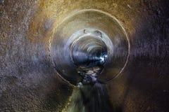 Tubo redondo del túnel de la alcantarilla del tiro de las aguas residuales que fluye urbanas foto de archivo libre de regalías