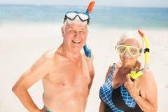 Tubo respirador que lleva de los pares mayores y gafas que se zambullen Fotografía de archivo