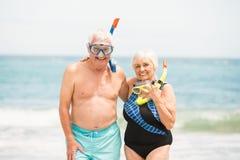 Tubo respirador que lleva de los pares mayores y gafas que se zambullen Fotografía de archivo libre de regalías
