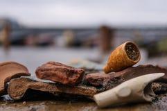 Tubo roto viejo en la orilla fotografía de archivo libre de regalías