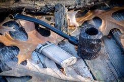 tubo rustico del popeye, anche chiamato un tubo dell'incastonatore, su un fondo all'aperto rustico Fotografie Stock