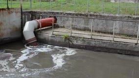 Tubo sporco delle acque reflue stock footage