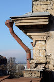 Tubo viejo de la lluvia en la fachada constructiva abandonada, Odessa, Ucrania Fotografía de archivo