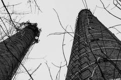 Tubo viejo del ladrillo de la sala de calderas sin humo fotos de archivo libres de regalías