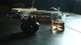 Tubo, whiskey e fumo del tabacco stock footage