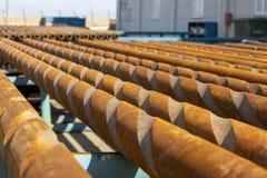 Tubo y brocas usados en la industria de petróleo imagen de archivo