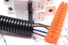 Tubo y componente acanalados para las instalaciones eléctricas en el dibujo Fotos de archivo libres de regalías