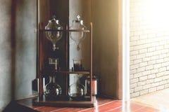 Tubo y equipo del laboratorio en la tabla de madera, café frío del brebaje Imágenes de archivo libres de regalías