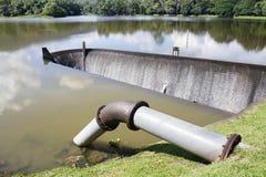 Tubo y presa del abastecimiento de agua Imagen de archivo