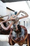 Tubo y válvula industriales oxidados de agua del grifo Foto de archivo libre de regalías
