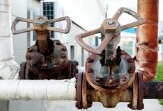Tubo y válvula industriales oxidados de agua del grifo Fotos de archivo libres de regalías