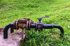 Tubo y válvula industriales oxidados viejos de agua de golpecito Imágenes de archivo libres de regalías