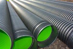 Tubos acanalados grandes del PVC para el drenaje Foto de archivo