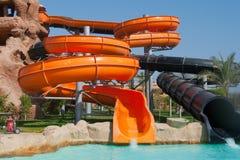 Tubos anaranjados y negros del aquapark Foto de archivo
