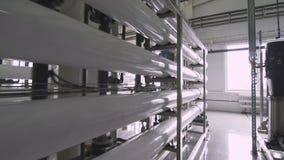 Tubos blancos de la fibra de vidrio usados como oleoductos en la planta metrajes