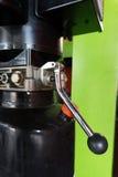 Tubos, colocaciones y palancas hidráulicos en el panel de control de la elevación fotografía de archivo libre de regalías