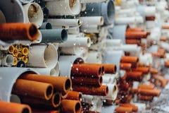 Tubos coloridos dispuestos con agua dentro imagen de archivo libre de regalías