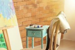 Tubos com pinturas na tabela na oficina do artista fotos de stock