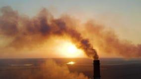 Tubos con humo: producción industrial, planta El humo denso viene de los tubos industriales Chimenea que fuma almacen de video