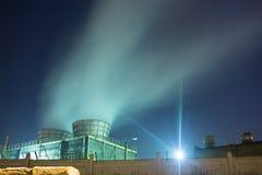 Tubos cuyo emite humo. Fotografía de archivo libre de regalías