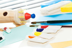 Tubos da pintura e das escovas de óleo que colocam na tabela imagens de stock royalty free