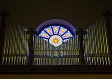 Tubos de órgano delante de una ventana imagen de archivo libre de regalías