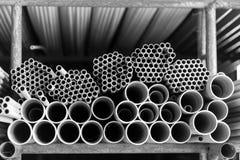 Tubos de agua grises del PVC en el almacén foto de archivo