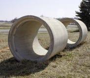 Tubos de alcantarilla en campo Fotografía de archivo