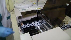 Tubos de análise de sangue estabelecidos vídeos de arquivo