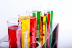 Tubos de análise laboratorial no fundo branco Imagens de Stock