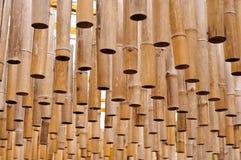 Tubos de bambu de suspensão imagens de stock