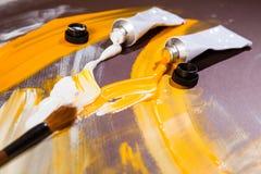 Tubos de cor brancos e amarelos Fotos de Stock