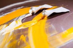 Tubos de cor brancos e amarelos Imagens de Stock