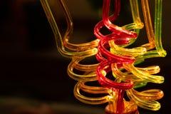 Tubos de cor para o close-up bebendo dos sucos em um fundo escuro O fundo brilhante borrado transmite a atmosfera festiva ilustração do vetor