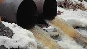Tubos de desagüe, contaminación ambiental Protección contra inundaciones del alcantarillado Protecci?n del medio ambiente almacen de metraje de vídeo