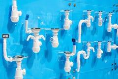 Tubos de desagüe plásticos acanalados para los fregaderos Imagenes de archivo