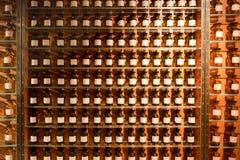 Tubos de ensaio com fragrâncias na loja do perfume. Imagem de Stock