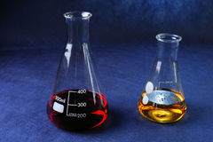 Tubos de ensaio com líquidos coloridos Imagens de Stock Royalty Free