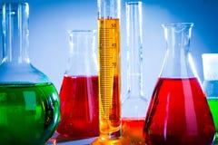 Tubos de ensaio com líquidos coloridos Foto de Stock