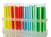 Tubos de ensaio com líquidos coloridos no recipiente isolado no branco Fotos de Stock