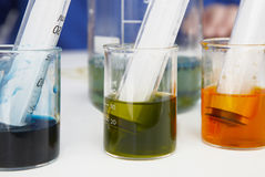 Tubos de ensaio com líquidos e as seringas coloridos Imagens de Stock Royalty Free