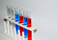 Tubos de ensaio do material da ciência fotos de stock