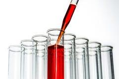 Tubos de ensaio e gota da pipeta, produtos vidreiros de laboratório Fotos de Stock