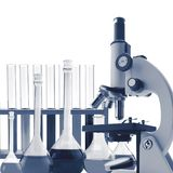 Tubos de ensaio isolados na tonificação branca no azul Laboratório glasswar Foto de Stock