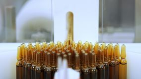 Tubos de ensaio médicos na correia transportadora Ampolas da medicina que fabricam a linha video estoque